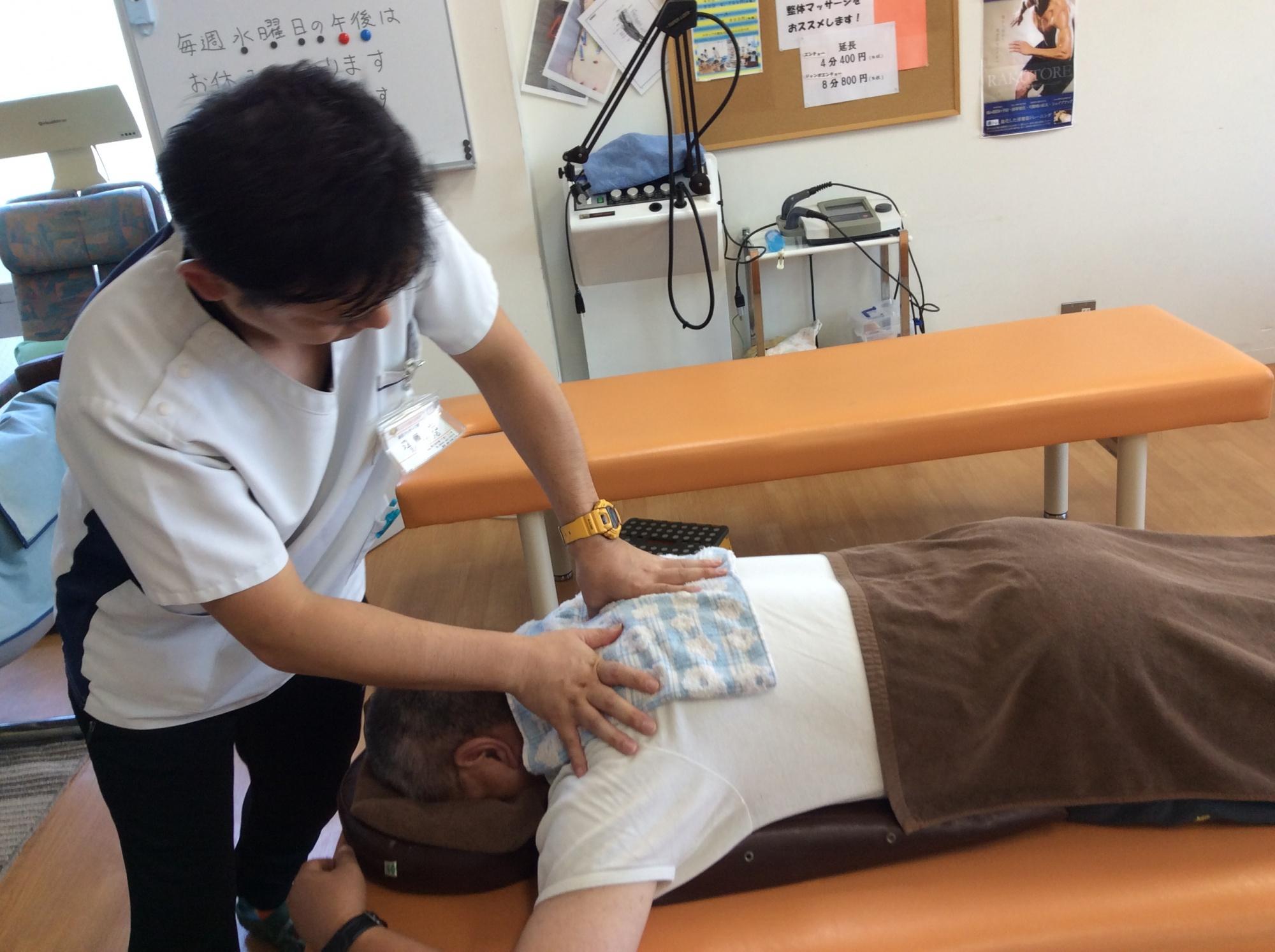 肩こり、腰痛施術の様子